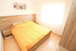 Спальня. Будванская ривьера, Черногория, Булярица : Апартамент с гостиной, с отдельной спальней, с балконом с видом на море и бассейн