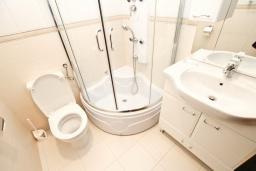 Ванная комната. Будванская ривьера, Черногория, Булярица : Апартамент с гостиной, с отдельной спальней, с балконом с видом на море и бассейн