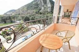 Балкон. Будванская ривьера, Черногория, Булярица : Апартамент с гостиной, с отдельной спальней, с балконом с видом на море и бассейн