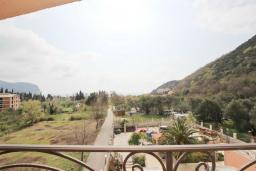 Вид на море. Будванская ривьера, Черногория, Булярица : Апартамент с гостиной, с отдельной спальней, с балконом с видом на море и бассейн