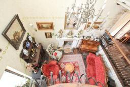 Гостиная. Будванская ривьера, Черногория, Будва : Шикарный дом с гостиной с камином, с 3-мя отдельными спальнями, с 2-мя ванными комнатами, с террасой и балконом, с великолепным садом, с местом для барбекю, Wi-Fi, гараж