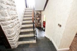 Коридор. Будванская ривьера, Черногория, Будва : Шикарный дом с гостиной с камином, с 3-мя отдельными спальнями, с 2-мя ванными комнатами, с террасой и балконом, с великолепным садом, с местом для барбекю, Wi-Fi, гараж