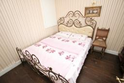 Спальня. Будванская ривьера, Черногория, Будва : Шикарный дом с гостиной с камином, с 3-мя отдельными спальнями, с 2-мя ванными комнатами, с террасой и балконом, с великолепным садом, с местом для барбекю, Wi-Fi, гараж