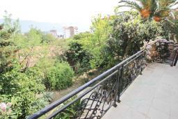 Балкон. Будванская ривьера, Черногория, Будва : Шикарный дом с гостиной с камином, с 3-мя отдельными спальнями, с 2-мя ванными комнатами, с террасой и балконом, с великолепным садом, с местом для барбекю, Wi-Fi, гараж