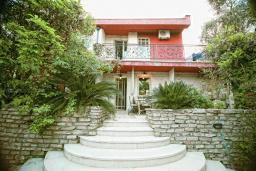 Фасад дома. Будванская ривьера, Черногория, Будва : Шикарный дом с гостиной с камином, с 3-мя отдельными спальнями, с 2-мя ванными комнатами, с террасой и балконом, с великолепным садом, с местом для барбекю, Wi-Fi, гараж
