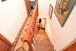 Коридор. Продается 2-х этажный дом в Будве, Подкошлюн. 120м2, гостиная, 2 спальни, 2 ванные комнаты, балкон и 2 террасы с видом на море, участок 420м2, 2 гаража, 200 метров до пляжа, цена - 566'500 Евро. в Будве