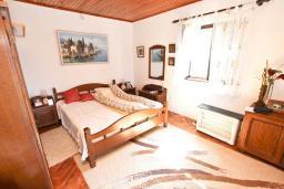 Спальня 2. Продается 2-х этажный дом в Будве, Подкошлюн. 120м2, гостиная, 2 спальни, 2 ванные комнаты, балкон и 2 террасы с видом на море, участок 420м2, 2 гаража, 200 метров до пляжа, цена - 566'500 Евро. в Будве