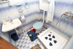 Ванная комната 2. Продается 2-х этажный дом в Будве, Подкошлюн. 120м2, гостиная, 2 спальни, 2 ванные комнаты, балкон и 2 террасы с видом на море, участок 420м2, 2 гаража, 200 метров до пляжа, цена - 566'500 Евро. в Будве