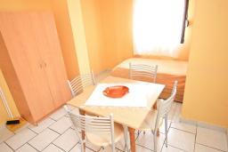 Гостиная. Будванская ривьера, Черногория, Петровац : Апартамент с отдельной спальней, с балконом