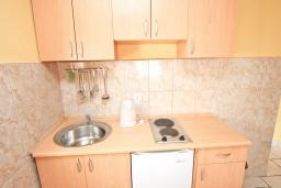 Кухня. Будванская ривьера, Черногория, Петровац : Апартамент с отдельной спальней, с балконом
