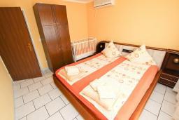 Спальня. Будванская ривьера, Черногория, Петровац : Апартамент с отдельной спальней, с балконом