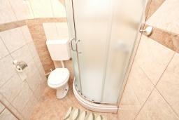 Ванная комната. Будванская ривьера, Черногория, Петровац : Студия для 3 человек, с балконом