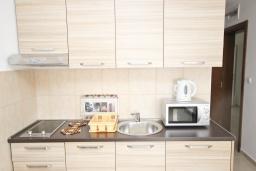 Кухня. Будванская ривьера, Черногория, Петровац : Апартаменты на 5-7 человек, 2 спальни, 2 балкона
