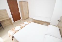 Спальня. Будванская ривьера, Черногория, Петровац : Апартаменты на 5-7 человек, 2 спальни, 2 балкона