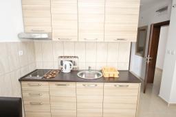 Кухня. Будванская ривьера, Черногория, Петровац : Апартаменты на 2-4 персоны, с отдельной спальней, с балконом