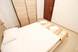 Спальня. Будванская ривьера, Черногория, Петровац : Апартаменты на 2-4 персоны, с отдельной спальней, с балконом