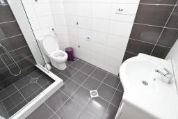 Ванная комната. Будванская ривьера, Черногория, Петровац : Апартаменты на 2-4 персоны, с отдельной спальней, с балконом