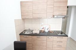 Кухня. Будванская ривьера, Черногория, Петровац : Апартаменты на 2-4 персоны, с отдельной спальней, с балконом с видом на море