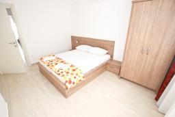 Спальня. Будванская ривьера, Черногория, Петровац : Апартаменты на 2-4 персоны, с отдельной спальней, с балконом с видом на море