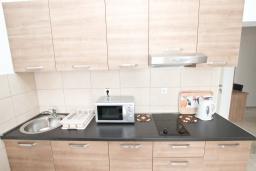 Кухня. Будванская ривьера, Черногория, Петровац : Апартаменты на 5-7 человек, с большой гостиной, с 2 спальнями, с балконом с видом на море