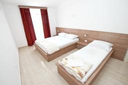 Спальня 2. Будванская ривьера, Черногория, Петровац : Апартаменты на 5-7 человек, с большой гостиной, с 2 спальнями, с балконом с видом на море