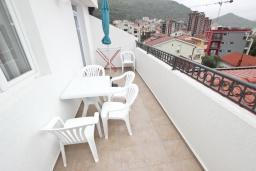 Балкон. Будванская ривьера, Черногория, Петровац : Апартаменты на 5-7 человек, с большой гостиной, с 2 спальнями, с балконом с видом на море