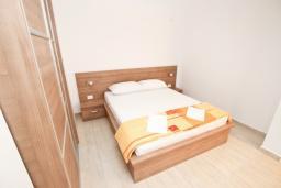 Спальня. Будванская ривьера, Черногория, Петровац : Апартаменты на 2-3 персоны, с отдельной спальней, с балконом
