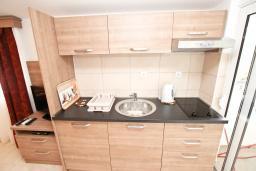 Кухня. Будванская ривьера, Черногория, Петровац : Апартаменты на 2-3 персоны, с отдельной спальней, с балконом