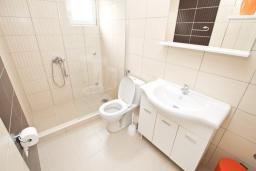 Ванная комната. Будванская ривьера, Черногория, Петровац : Апартаменты на 2-3 персоны, с отдельной спальней, с балконом