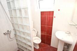 Ванная комната. Рафаиловичи, Черногория, Рафаиловичи : Студия с террасой в 200 метрах от моря