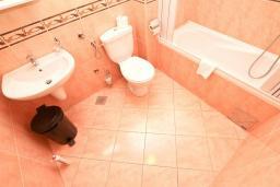Ванная комната. Будванская ривьера, Черногория, Будва : Комната для 3 человек, с балконом с видом на море