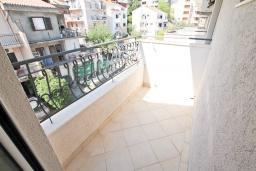 Балкон. Будванская ривьера, Черногория, Будва : Комната для 3 человек, с балконом