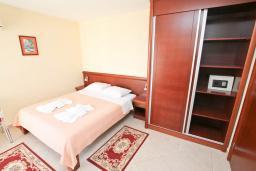 Спальня. Будванская ривьера, Черногория, Будва : Комната для 2 человек, с балконом с видом на море