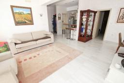Гостиная. Будванская ривьера, Черногория, Будва : Апартамент с просторной гостиной, с 4-мя отдельными спальнями, с 2-мя ванными комнатами, с террасой