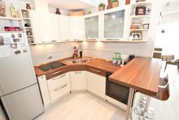 Кухня. Будванская ривьера, Черногория, Будва : Апартамент с просторной гостиной, с 4-мя отдельными спальнями, с 2-мя ванными комнатами, с террасой