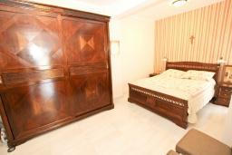 Спальня. Будванская ривьера, Черногория, Будва : Апартамент с просторной гостиной, с 4-мя отдельными спальнями, с 2-мя ванными комнатами, с террасой