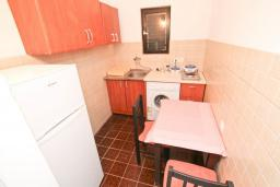 Кухня. Будванская ривьера, Черногория, Будва : Апартамент с 2-мя отдельными спальнями, с 2-мя балконами