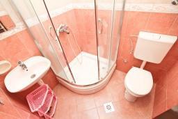 Ванная комната. Будванская ривьера, Черногория, Будва : Апартамент с 2-мя отдельными спальнями, с 2-мя балконами