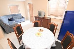 Гостиная. Рафаиловичи, Черногория, Рафаиловичи : Апартамент для 6-8 человек, с 2-мя отдельными спальнями, 70 метров до моря