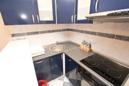 Кухня. Рафаиловичи, Черногория, Рафаиловичи : Апартамент для 6-8 человек, с 2-мя отдельными спальнями, 70 метров до моря