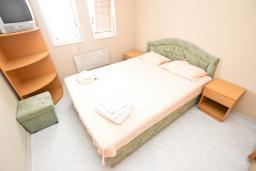 Спальня. Рафаиловичи, Черногория, Рафаиловичи : Апартамент для 6-8 человек, с 2-мя отдельными спальнями, 70 метров до моря