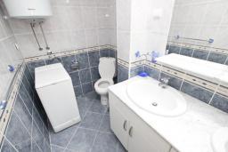 Ванная комната. Рафаиловичи, Черногория, Рафаиловичи : Апартамент для 6-8 человек, с 2-мя отдельными спальнями, 70 метров до моря