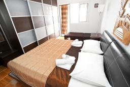 Спальня. Будванская ривьера, Черногория, Святой Стефан : Апартамент с отдельной спальней, с балконом с видом на море