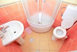 Ванная комната. Будванская ривьера, Черногория, Булярица : Студия на пляже Булярицы, с видом на море