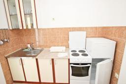 Кухня. Будванская ривьера, Черногория, Булярица : Апартамент с отдельной спальней, с балконом