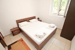 Спальня. Будванская ривьера, Черногория, Булярица : Апартамент с отдельной спальней, с балконом