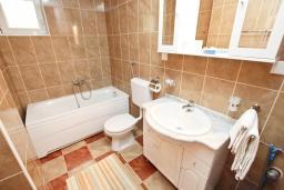Ванная комната. Будванская ривьера, Черногория, Булярица : Апартамент с отдельной спальней, с балконом