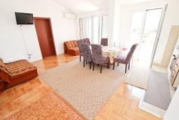 Гостиная. Будванская ривьера, Черногория, Булярица : Апартамент с просторной гостиной, с отдельной спальней, с балконом с видом на море