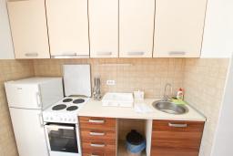 Кухня. Будванская ривьера, Черногория, Булярица : Апартамент с просторной гостиной, с отдельной спальней, с балконом с видом на море