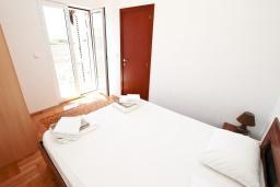 Спальня. Будванская ривьера, Черногория, Булярица : Апартамент с просторной гостиной, с отдельной спальней, с балконом с видом на море